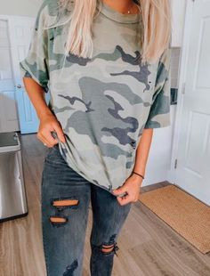 Green and black // camo // top // black holey jeans // army green // summer style // casual outfit // material girl Casual School Outfits, Cute Comfy Outfits, Teen Fashion Outfits, College Outfits, Look Fashion, Trendy Outfits, Fall Outfits, Summer Outfits, Halloween Outfits