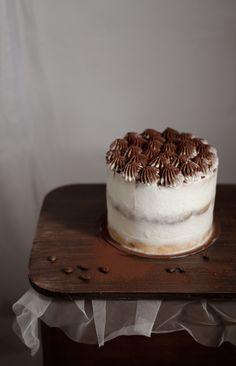Um bolo esponja molhado com um xarope de café e Baileys, recheado e coberto com creme de mascarpone de baunilha/café e polvilhado com cacau