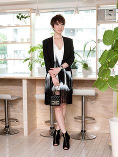 フリンジがゆれる、ドラマティックな白黒コーデ。「アバロン」PR、大島愛子さんのお呼ばれスタイルをご紹介。