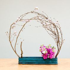 今週は桜、ストック、スイトピーのピンク1色でまとめた花材を選び、前回は縦長の花器を使ったので、今回は横長の花器…