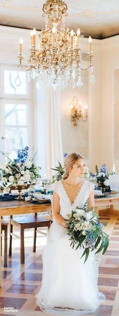 Wunderschöner Brautstrauß mit weißen Rosen, viel Grün und blauen Highlights.
