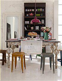Holztisch, weiß Schöner Esstisch mit einer Arbeitsfläche aus Zink. Das Holz des Tisches ist im Vintage Look gestrichen und sieht daher sehr charmant aus.