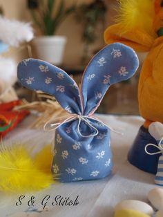 Mandelsäckli mit Hasenohren ! Jetzt Für Ostern -  das spezielle Geschenk bestellen bei S & G Stitch !! Gift Wrapping, Stitch, Gifts, Rabbit Ears, Easter Activities, Presents, Gift Wrapping Paper, Full Stop, Wrapping Gifts
