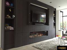 Bellfires Horizon Bell XXL 3. Dit project is recent opgeleverd in Amstelveen. Het betreft een gashaard, de Bellfires Horizon Bell XXL 3. Deze gashaard is verwerkt in een maatwerk eiken kastenwand/tv-meubel. Benieuwd naar de mogelijkheden voor uw wensen? Neem contact met ons op voor ontwerp en realisatie. Modern Interior Design, Interior Design Living Room, Basement Color Schemes, Tv Feature Wall, Living Tv, Niche Design, Living Room Tv Unit Designs, Fireplace Design, Gas Fireplace