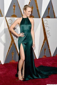 Rachel McAdams se unió a las tonalidades verdes en este sencillo pero muy elegante August Getty Atelier. El toque atrevido se concentró en la abertura de su vestido.