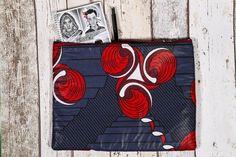 Funda para tablet de 12. Bolso de tela WAX de Senegal, 100 algodón. HECHO A MANO. Tamaño: 31 x 23 cm. Cremallera y forro negro de espuma para mejor protección. Ref: 3ROJ . #lucoumba #eslüartes #wax #senegal #africa #handmade #hechoamano #bolso #fashion #africanclothes #african #africana #telaafricana #telaswax #design X 23, Handmade, Painting, Art, African Fabric, Fabric Purses, Zippers, Black People, Craft Art