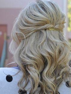 Un peinado facil medio recogido con pelo rizado y horquillas para pelo corto