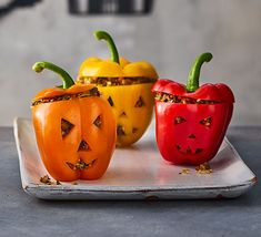Celebrate Halloween with these spooktacular healthy stuffed peppers. They're perfect for a Halloween buffet or a family dinner ahead of trick-or-treating Halloween Pizza, Halloween Buffet, Healthy Halloween, Halloween Dinner, Halloween 2020, Halloween Treats, Halloween Breakfast, Halloween Magic, Halloween Baking