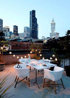 Donner un esprit festif à une terrasse avec une guirlande lumineuse