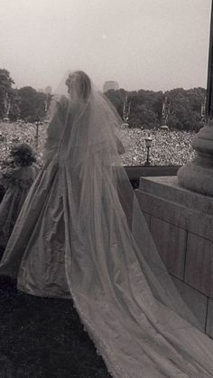 July 29, 1981: Backside glimpse of Diana Spencer on her wedding day on the balcony in Buckingham palace in front of a crowd of billions.