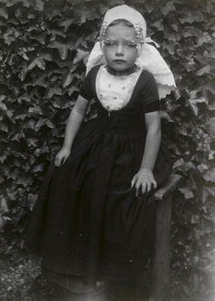 Meisje in Walcherse streekdracht. Het meisje is gekleed in zondagse dracht. Molkenboer, 1913-1916 #Zeeland #Walcheren