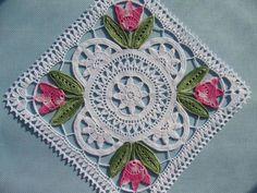 Gorgeous crochet lace mat: Tulpanduk by Anna-Lisa Safstroms (Denmark) Crochet Diy, Crochet Motifs, Crochet Blocks, Crochet Squares, Thread Crochet, Love Crochet, Crochet Granny, Beautiful Crochet, Crochet Crafts
