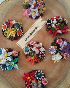 İGNE OYALİ BROŞLAR Sipariş için whatsApp no : 05373413105 Ptt kargo ile kapıda ödeme imkanı Kargo - otantikkamile Chrochet, Burlap Wreath, Needlework, Beaded Jewelry, Wreaths, Deco, Crafts, Necklaces, Flower