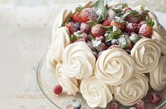 Mixed Berries Pavlova ~ layers of crisp, sweet meringue are sandwiched together with cream and topped with fresh seasonal berries for a wow-factor pud that everyone will love. Lemon Curd Pavlova, Strawberry Pavlova, Meringue Pavlova, Meringue Desserts, Meringue Food, Trifle Desserts, Pavlova Toppings, Mini Pavlova, Party Desserts