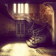 Abandoned Mansion with Art Nouveau staircase -Who would abandon such a beautiful place and why? Abandoned Property, Old Abandoned Houses, Abandoned Buildings, Abandoned Places, Old Houses, Abandoned Castles, Beautiful Buildings, Beautiful Homes, Beautiful Places