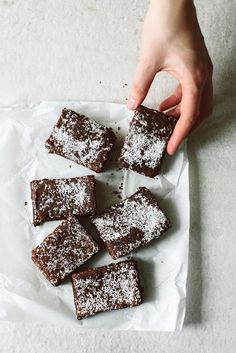 Rezept für Kokos Brownies: http://kraut-kopf.de/pdf/kokos_brownies.pdf