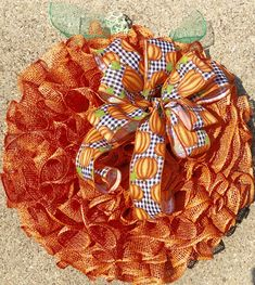 This is such a pretty fall pumpkin wreath that will look fabulous on your front door or entryway or anywhere in your house. Thanksgiving Wreaths, Autumn Wreaths, Burlap Wreaths, Halloween Deco Mesh, Fall Door Decorations, Pumpkin Wreath, Dollar Tree Crafts, Fall Pumpkins, How To Make Wreaths