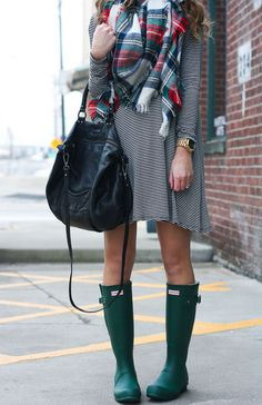 Striped swing dress + hunter boots style me pretty мода, шар Fall Winter Outfits, Autumn Winter Fashion, Autumn Style, Hunter Boots Outfit, Preppy Style, Girl Style, Mein Style, Vogue, Hunting Clothes