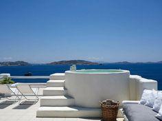 Terrasse privée face à la mer et la piscine profonde pour un hôtel spa de luxe