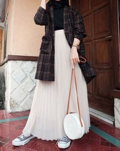 Muslim Fashion 724727765025688942 - Source by assiatousadjo Hijab Fashion Casual, Casual Hijab Outfit, Casual Outfits, Fashion Outfits, Ootd Hijab, Hijab Chic, Fashion Mode, Estilo Dark, Moslem Fashion