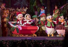 Em Mickey's Most Merriest Celebration, Zé Carioca é convidado para a festa e interage com o público falando em português! (Foto: Divulgação / Disney)