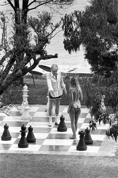 Photographer Elliott Erwitt went spying on the beautiful people of St. Tropez for us in 1978 and came up with these pretty rad photographs History Of Photography, Street Photography, Elliott Erwitt Photography, Pretty Baby 1978, Bridgitte Bardot, Slim Aarons, Documentary Photographers, Foto Art, Monochrome Photography