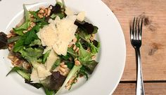Vet romige risotto met paddenstoelen, rucola en pijnboompitten