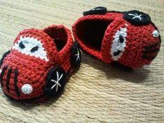 Zapatos de ganchillo: Fotos de zapatos para bebés - Original zapato de crochet en forma de coche                                                                                                                                                      Más