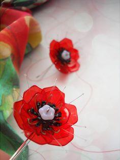 ✿ Poppy ✿ Náušnice zdobí kvítky z červených průhledných plastických hmot, doplněné dalšími ručně tvarovanými plastovými a polymerovými komponenty. Náušnicový háček a zároveň i stonek je vytvarovanán z chirurgické oceli. ⒻⓁⓄⓌⒺⓇⓈ ⓑⓨ ⓜⓐⓚⓔⓑⓐ