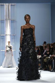 Carolina Herrera ist Autodidaktin. Ihr Markenzeichen sind große, elegante Roben wie dieses schwarze Modell aus der neuen Kollektion.