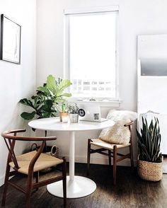 New breakfast nook round dining rooms Ideas Round Dining Room, Apartment Dining, Interior, Beautiful Dining Rooms, Grey Interior Doors, Home Decor, Apartment Decor, Nook Decor, Scandinavian Dining Room