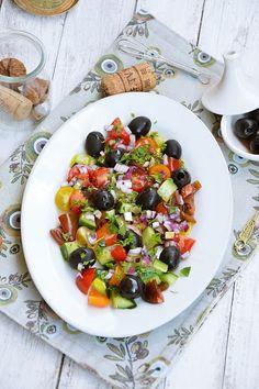 Moja smaczna kuchnia: Sałatka z kolorowymi pomidorkami i czarnymi oliwka...
