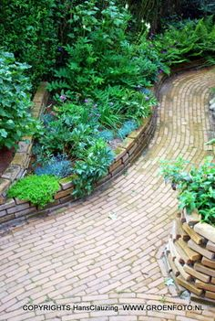 Garden with stacked bricks, organic fluent lines. By Hans Pardoel Tuinen, The Netherlands. Back Gardens, Outdoor Gardens, Raised Deck, Organic Lines, Pavement, Walkway, Garden Bridge, Netherlands, Tiny House