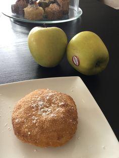 Appel beignets maar dan net iets lekkerder. En sneller. Neem een bladerdeeg. Schil je appels en verwijder het klokhuis met een appelboor. Snij je appels in schijven van 1 cm en duw ze even in kaneelsuiker. ( 15 lepeltjes kristalsuiker+ lepeltje kaneel). En leg ze op je bladerdeeg. Dek af met tweede laagje bladerdeeg en duw goed aan. Snij met een kartelwieltje ( raviolisnijder) 1 cm rond je appelschijfje zodat je mooie ronde appelbeignets hebt en duw nog eens goed aan aan de randen. Bak nu in…