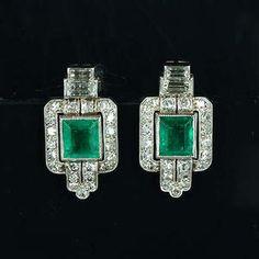 Un par de art deco esmeralda y pendientes de diamantes,