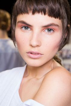 At Emilio De La Morena, pink eyeshadow was softly blended above the creases.