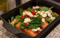 Få den lækre, sunde og super nemme opskrift på laks i ovn med en frisk creme fraiche dressing. Perfekt måltid til en travl hverdag.