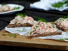 Lohimousse sopii erinomaisesti juhlasesongin tarjottaviin. Täyteläinen lohimousse saa makua niin savulohesta kuin graavilohesta. Eri valmistustapojen lohet antavat mousselle mielenkiintoa makuun sekä itse tekstuuriin. Tämä herkullinen kalaunelma on helppo valmistaa ja sen voi tehdä tunteja ennen tarjoilua, kunhan Salmon Burgers, Seafood Recipes, Bread, Fish, Chicken, Cooking, Ethnic Recipes, Kitchen, Brot