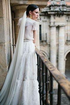 Casavielle es la nueva propuesta de vestidos novia 2018 de Juana Rique. Un homenaje a la mujer gallega del XIX. Pura fuerza y personalidad. ¡Descúbrela!