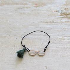 #Pulsera elástica de nudo corredero, con motivo a elegir entre gafa o flecha y pompom de adorno. Envío Gratis