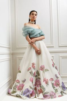 Indian Gowns Dresses, Indian Fashion Dresses, Indian Designer Outfits, Party Wear Indian Dresses, Stylish Dress Designs, Stylish Dresses, Colorful Prom Dresses, Formal Dresses, Moda Indiana