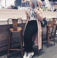 Hijab Fashion 2017 : Comment avoir un Hijab street style tendance Hijab Street look 2017 – look 04 Hijab Fashion 2017, Modern Hijab Fashion, Street Hijab Fashion, Hijab Fashion Inspiration, Islamic Fashion, Muslim Fashion, Modest Fashion, Fashion Outfits, Style Fashion