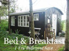 Fru Pedersens have: Sådan byggede vi skurvognen til haven. Pergola Cost, Black Barn, Room Of One's Own, Shepherds Hut, Refuge, Good Environment, Garden Studio, Vintage Interiors, Fairy Houses