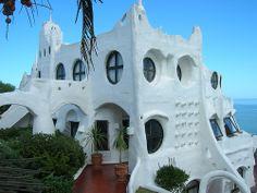En 1958, Carlos Páez Vilaró, artista uruguayo, empezó a construir Casapueblo la…