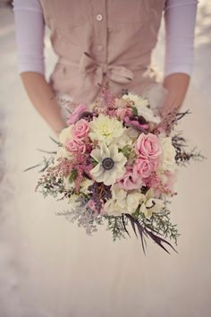 bouquet de mariée,rustic chic,bouquet de saison,bouquet champêtre,le bouquet du vendredi,mariée 2012,mariée,roses roses,anémones blanches,da...