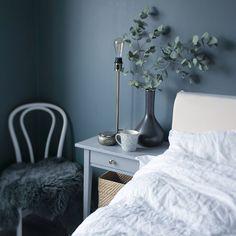 Linnelakan och mörka väggar gör vårt sovrum till en rofylld plats ☁️