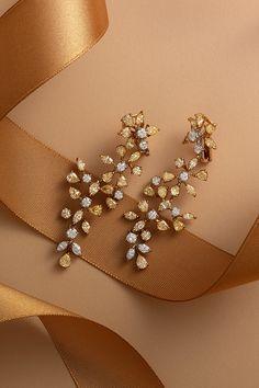 Ďalší z našich neprehliadnuteľných klenotov, ktorý by sme vám radi predstavili a ktorý právom radíme do kolekcie Unikátnych šperkov, sú diamantové náušnice Resistance. Klasické, bezfarebné diamanty doplnené farebnými žltými v rozpätí viacerých odtieňov, nádherne zladené, tvoria malý umelecký poklad. Ak ste sa pri pohľade na tento zázrak zrodený pod rukami našich fantastických klenotníkov práve spolu s nami zamilovali, vsaďte na svoju romantickú stránku a zoznámte sa s príbehom Resistance. Diamond Earrings, Ear Rings, Diamond Drop Earrings