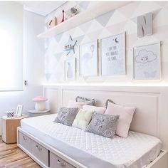 Quarto menina l Cama baixa, papel de parede, almofadas e composição de quadros, ficou tudo perfeito! Amei  Projeto @figueiredo_fischer #bedroom #babygirl #girlroom #luxurydecor #homedecor #girl #cute #decor #beautiful #arquitetura #photo #quartodemenina #details #love #glamour #furniture #instagram #instagirl #home #instadica #like #decoration #decoracion #top #blogfabiarquiteta #fabiarquiteta  www.fabiarquiteta.com