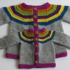 Little Right as Rainbow pattern by Stephanie Lotven Ravelry: Right as Rainbow Baby Cardigan pattern de Stephanie Lotven Toddler Cardigan, Cardigan Bebe, Knitted Baby Cardigan, Knitted Baby Clothes, Baby Sweater Patterns, Cardigan Pattern, Baby Knitting Patterns, Baby Patterns, Ravelry