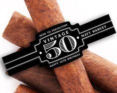 Etichette personalizzate sigaro sono lideale per matrimoni, addii al celibato, nubilato, compleanni e docce bambino. Aggiungere messaggi divertenti o speciali a bande di sigaro per catturare lattenzione mentre facendo le memorie. Una banda di sigari personalizzati è certa di ottenere una certa attenzione!  Questo elenco comprende 16 etichette di banda sigari personalizzati Letichetta dimensione misure 3.25 x 1,20 ogni appositamente progettato per adattarsi a dimensioni di sigaro che vanno da…
